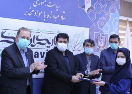 تندیس اولین جشنواره ملی یاریگران زندگی در دستان دانشآموز مازندرانی